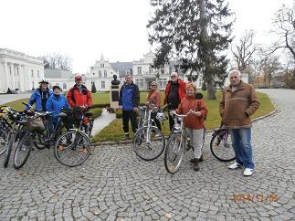 Przed pałacem romantycznym w Turznie